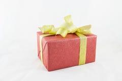 Wakacyjnego prezenta pudełka dekorowali z faborkiem na bielu Zdjęcie Stock