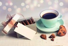 Wakacyjnego rocznika napoju gorąca kawa & ciastka na plamy tle Obrazy Royalty Free