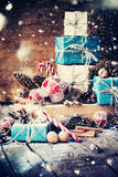 Wakacyjni Bożenarodzeniowi prezenty z pudełkami, Jedlinowego drzewa zabawki Patroszony śnieg Obraz Royalty Free