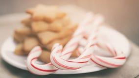 Wakacyjni ciastka i cukierek trzciny na drewno stole Zdjęcia Royalty Free