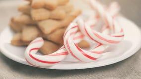Wakacyjni ciastka i cukierek trzciny na drewno stole Fotografia Stock