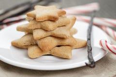 Wakacyjni ciastka i cukierek trzciny na drewno stole Zdjęcia Stock