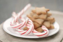 Wakacyjni ciastka i cukierek trzciny na drewno stole Obrazy Stock