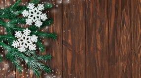 Wakacyjni płatki śniegu i śnieg z gałąź choinki Zdjęcie Stock