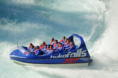 Wakacyjni producentów ludzie cieszy się dreszcz dżetowa łódkowata przejażdżka Huka Spadają, Jeziorny Taupo, Nowa Zelandia Zdjęcia Royalty Free