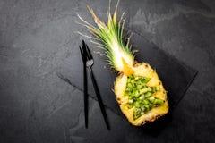Wakacyjny diety pojęcie lub tropikalny Bożenarodzeniowy menu pojęcie Choinka robić od ananasa na łupku i kiwi wsiadamy zdjęcia stock