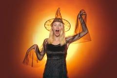 Wakacyjny Halloween z ?miesznymi karnawa?owymi kostiumami na wakacyjnym tle Pi?knych potomstw zdziwiona kobieta w czarownicach ka zdjęcie stock