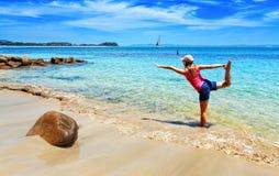 Wakacyjny joga na ustronnej plaży obraz royalty free