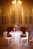 Wakacyjny obiadowy stół dla dwa błyszczał klasycznym świecznika światłem Obraz Royalty Free