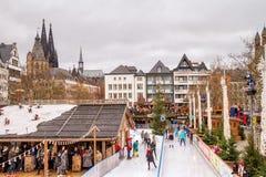 Wakacyjny pejzaż miejski - widok Bożenarodzeniowego miasta łyżwiarski lodowisko na tle Kolońska katedra obrazy royalty free