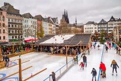 Wakacyjny pejzaż miejski - widok Bożenarodzeniowego miasta łyżwiarski lodowisko na tle Kolońska katedra obraz stock