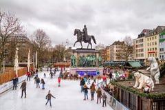 Wakacyjny pejzaż miejski - widok Bożenarodzeniowego miasta łyżwiarski lodowisko w centrum Kolonia fotografia royalty free