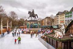 Wakacyjny pejzaż miejski - widok Bożenarodzeniowego miasta łyżwiarski lodowisko w centrum Kolonia obraz royalty free