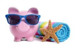 Wakacyjny pieniądze planowanie, podróż, emerytura oszczędzania pojęcie, prosiątko bank na plaża wakacje Zdjęcia Stock