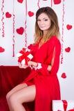 Wakacyjny pojęcie - wspaniała kobieta w długim czerwieni sukni otwarcia prezencie obraz stock