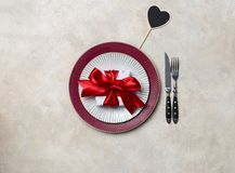 Wakacyjny porcja talerz dla walentynka dnia posiłku przy białym tłem Szablon dla teksta obraz stock