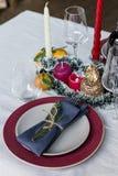 Wakacyjny porcja talerz z rozwidleniem i nóż przy bielu stołem obrazy stock