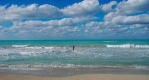 Wakacyjny raj Dezerterujący plażowy turkusowy morze, niebieskie niebo, mężczyzna skinie pływanie obrazy royalty free