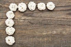 Wakacyjny tło z dekoracyjnymi białymi piłkami na drewnianym biurku Obraz Stock