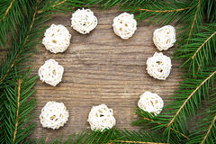 Wakacyjny tło z jedlinowym drzewem i dekoracyjnymi białymi piłkami Zdjęcie Royalty Free