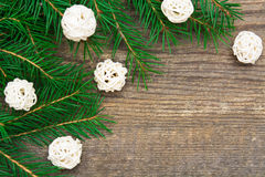 Wakacyjny tło z jedlinowym drzewem i dekoracyjnymi białymi piłkami na w Zdjęcia Royalty Free