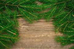Wakacyjny tło z jedlinowym drzewem na drewnianym tle Fotografia Stock