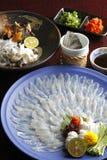 Wakasa Blowfish eller tunn filé för fugu i stort uppläggningsfat med citron, s Royaltyfri Bild