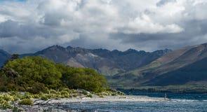 Wakatipu lake som är nyazeeländsk. royaltyfri foto