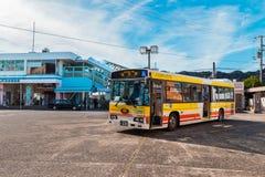 Wakayama, Ιαπωνία - 19 Νοεμβρίου 2015: Τρεξίματα λεωφορείων βρόχων Kumano μεταξύ Στοκ εικόνες με δικαίωμα ελεύθερης χρήσης