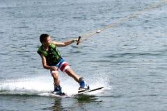 Wakeboard的年轻男孩 免版税库存图片