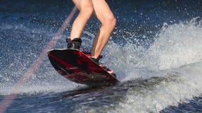 Wakeboard катания молодого человека стоковые фотографии rf