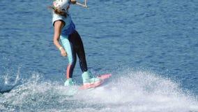 Wakeboard da equitação da jovem mulher no rio do verão Entretenimento na água do rio filme