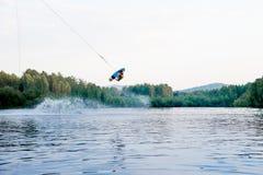 Wakeboard di guida del giovane su un lago fotografia stock libera da diritti