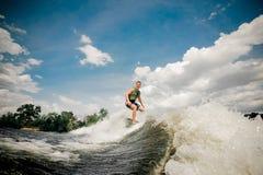 Wakeboard di guida del surfista sull'alta onda del motoscafo Immagini Stock Libere da Diritti