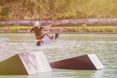 Wakeboard en el parque de la estela y el deporte extremo Fotos de archivo
