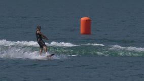 Wakeboard mężczyzna skoku Motorboat zbiory wideo