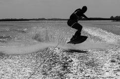 Wakeboard Reiten des jungen Mannes stockfotos