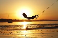 Wakeboard, silueta del atleta en fondo de la puesta del sol Imagenes de archivo