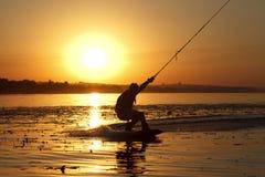 Wakeboard, silueta del atleta en fondo de la puesta del sol Fotos de archivo libres de regalías