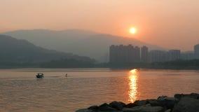 Wakeboard sur le lac au coucher du soleil images libres de droits