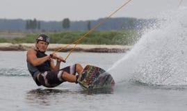 Wakeboarder делая фокусы на заходе солнца Wakeboarding Стоковое фото RF