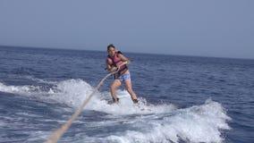 Wakeboarder d'homme en mer en été banque de vidéos