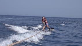 Wakeboarder d'homme en mer en été clips vidéos