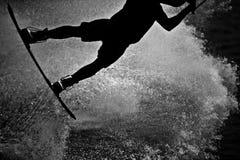 Wakeboarder del cable en silueta imagenes de archivo