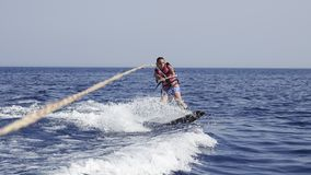 Wakeboarder dell'uomo in mare di estate fotografia stock libera da diritti