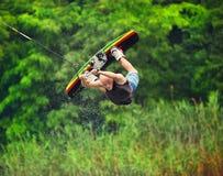 Wakeboarder, der Trick macht stockbilder