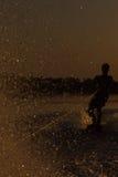 Wakeboarder die trucs op zonsondergang maken Royalty-vrije Stock Afbeeldingen