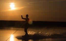 Wakeboarder die trucs op zonsondergang maken Royalty-vrije Stock Fotografie