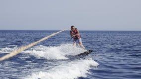 Wakeboarder do homem no mar no verão foto de stock royalty free