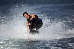 Wakeboarder en chapoteo del agua Fotos de archivo libres de regalías
